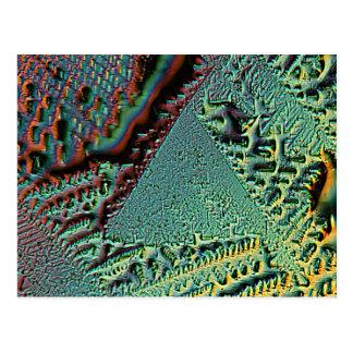 顕微鏡の下のビタミンCのピラミッド ポストカード