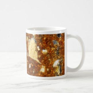 顕微鏡の下の煉瓦の薄いセクション コーヒーマグカップ