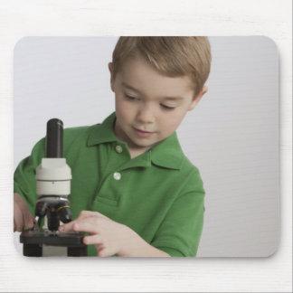 顕微鏡を使用しているコーカサス地方の男の子 マウスパッド