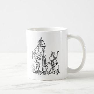 顕微鏡を使用してブラウニー コーヒーマグカップ