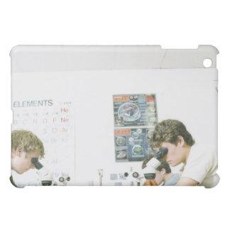 顕微鏡を持つ学生 iPad MINIケース