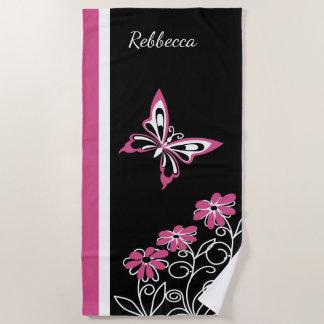 顕著なクランベリーのピンクの蝶および花 ビーチタオル