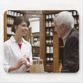 顧客に助言しているメスの薬剤師 マウスパッド