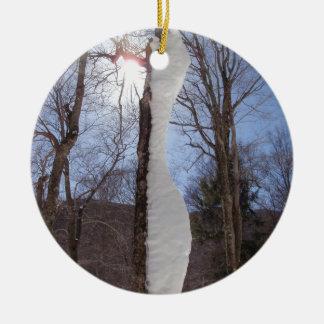 風および雪の彫刻が施された木 セラミックオーナメント