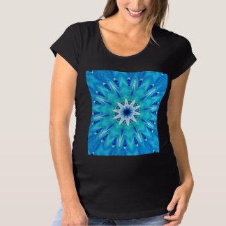 風のティール(緑がかった色)の青の万華鏡のように千変万化するパターンの羽 マタニティTシャツ