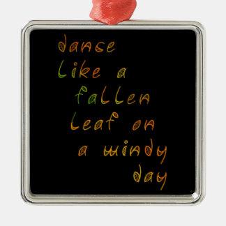 風の強い日の落ちたな葉のようなダンス メタルオーナメント