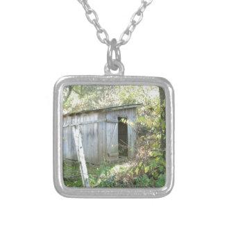 風化させた素朴な小屋 シルバープレートネックレス