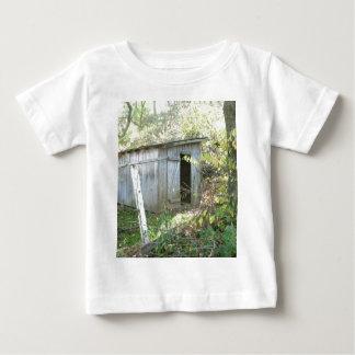 風化させた素朴な小屋 ベビーTシャツ