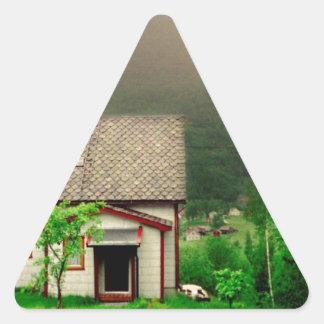 風変わりで古風なノルウェーのコテージ 三角形シール