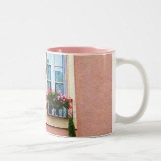風変わりで古風なピンクのフランス語Windows ツートーンマグカップ