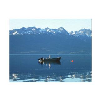 風変わりで古風な無人の漁船 キャンバスプリント
