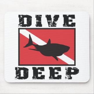 飛び込みの深い鮫のスキューバ旗 マウスパッド