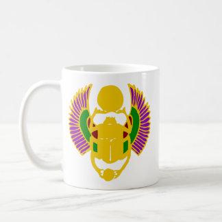 飛んだオオタマオシコガネのカブトムシのエジプトのデザイン金ゴールド及び白 コーヒーマグカップ