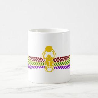 飛んだオオタマオシコガネのカブトムシのエジプトのマグ-金ゴールド及び白 コーヒーマグカップ