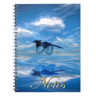 飛んでいるで青いカササギ及び反映された空 ノートブック
