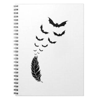 飛んでいるなこうもりが付いている羽 ノートブック