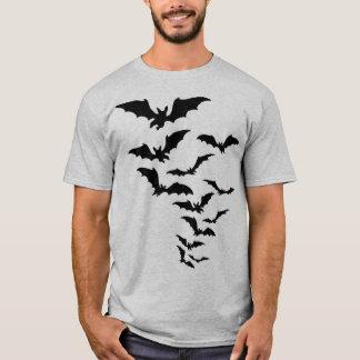 飛んでいるなこうもりのTシャツ Tシャツ
