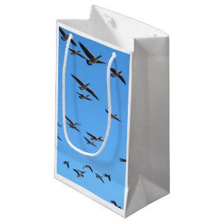 飛んでいるなガチョウ スモールペーパーバッグ