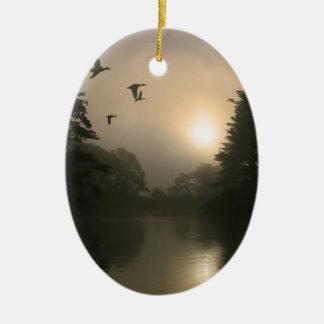 飛んでいるなマガモおよび朝の霧 セラミックオーナメント