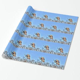 飛んでいるなマガモのアヒルのドレークの野性生物の写真 ラッピングペーパー