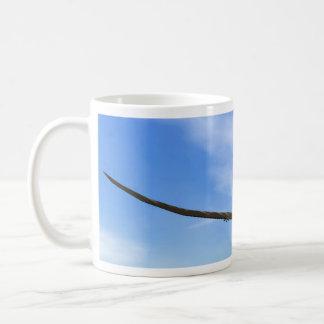 飛んでいるPteranodonの恐竜- 3Dは描写します コーヒーマグカップ