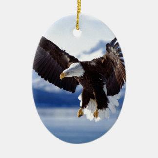 飛行中のアラスカのワシ セラミックオーナメント