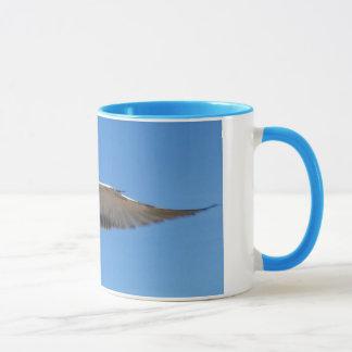 飛行中のカモメ マグカップ