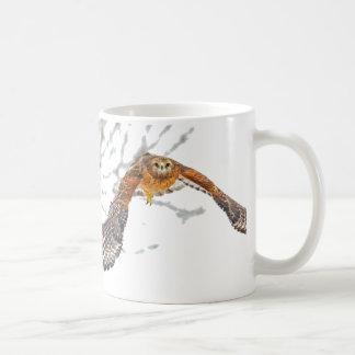 飛行中のタカ コーヒーマグカップ