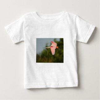 飛行中のベニヘラサギ ベビーTシャツ