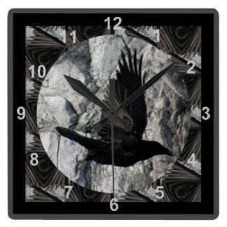 飛行中のワタリガラス スクエア壁時計