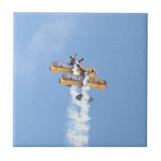 飛行中の曲技飛行の複葉機 タイル