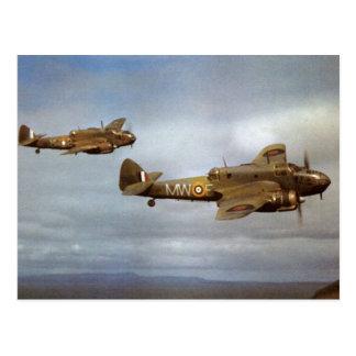 飛行中の第2次世界大戦の歴史的な飛行機 ポストカード