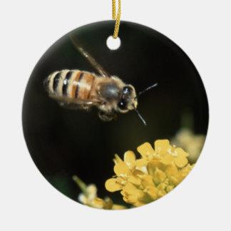 飛行中の蜂蜜の蜂 セラミックオーナメント