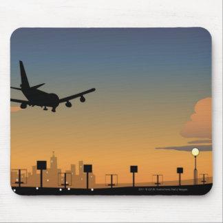 飛行中の飛行機のシルエット マウスパッド