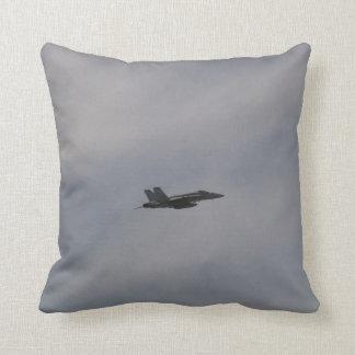飛行中のF18スズメバチの戦闘機 クッション