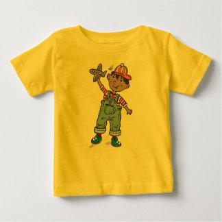 飛行機を持つ小さい男の子 ベビーTシャツ