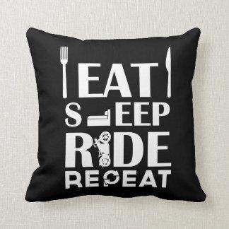 食べて下さい、眠らせて下さい、乗って下さい、繰り返して下さい クッション