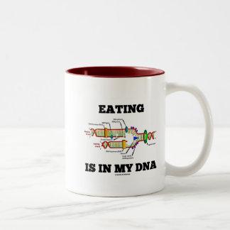 食べ物は私のDNA (DNAの写しのユーモア)にあります ツートーンマグカップ
