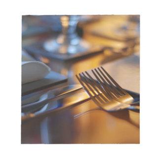 食事のためにセットされるテーブル ノートパッド