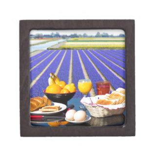 食糧が付いているテーブルおよび花分野の近くの飲み物 ギフトボックス