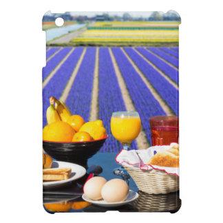 食糧が付いているテーブルおよび花分野の近くの飲み物 iPad MINIケース