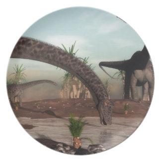 飲むことを行っているディプロドクスの恐竜の群れ プレート