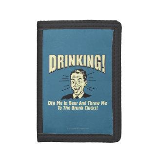 飲むこと: すくいビール投球によって飲まれるひよこ ナイロン三つ折りウォレット