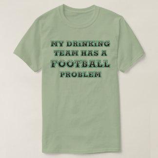 飲むチームフットボール問題のおもしろいなスローガンのティー Tシャツ