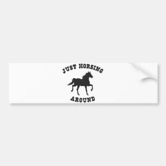 馬のまわりのちょうどHorsing バンパーステッカー