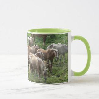 馬のマグを牧草を食べること マグカップ
