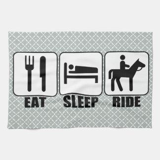 馬のライダーは睡眠の乗車を馬のクリーニングタオル食べます キッチンタオル