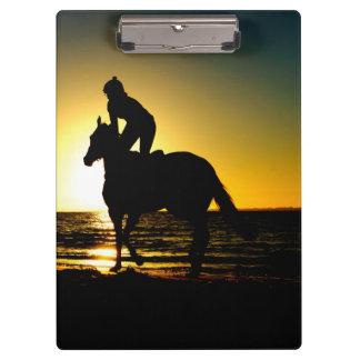 馬のライダー、ビーチ、日没の美しい景色 クリップボード