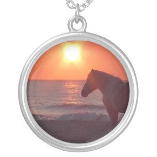 馬の日の出の円形のペンダント シルバープレートネックレス