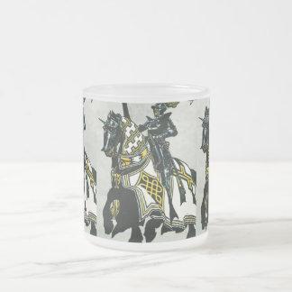 馬の背のイメージの騎士が付いている曇らされたマグ フロストグラスマグカップ